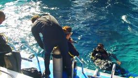 Akwalungów nurkowie Dostaje Przygotowywający Skakać z łodzi w Czerwonego morze, Egipt zbiory wideo