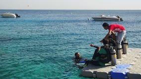 Akwalungów nurkowie Dostaje Przygotowywający Skakać z mola w Czerwonego morze, Egipt zbiory