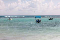 Akwalung łodzie rybackie w turkusowym Karaibskim Meksyk i pikowanie obrazy royalty free
