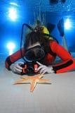 Akwalung kobieta z kamerą Obrazy Royalty Free