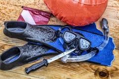 Akwalung, pikowanie, snorkeling z pływackimi żebrami, nurkuje maskę, snorkel, sygnalizuje, kolbę i nóż royalty ilustracja