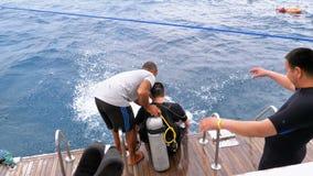 Akwalung?w nurkowie dostaje gotowy skaka? z ?odzi w Czerwonego morze zdjęcie wideo