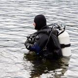 Akwalungu nurek wchodzić do halną jezioro wodę ćwiczy techniki dla przeciwawaryjnych ratowników immersja w zimnej wodzie zdjęcie stock