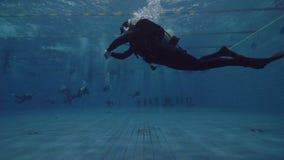 Akwalungu nurka unosić się podwodny w pływackim basenie Uczenie akwalungu pikowania kurs zdjęcie wideo