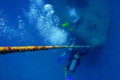 Akwalungu pikowanie przez wraku Zdjęcie Royalty Free