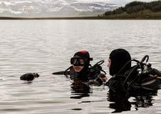 Akwalungu pikowanie w halnym jeziorze, ćwiczy techniki dla przeciwawaryjnych ratowników immersja w zimnej wodzie fotografia royalty free