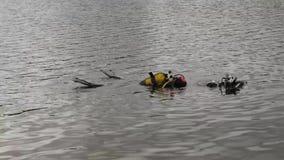 Akwalungu pikowanie w halnym jeziorze, ćwiczy techniki dla przeciwawaryjnych ratowników immersja w zimnej wodzie zbiory wideo