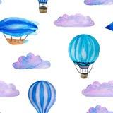 Akwarela bezszwowy wzór z błękitnymi balonami, chmurami i sterowem odizolowywającymi na bielu gorącego powietrza, royalty ilustracja