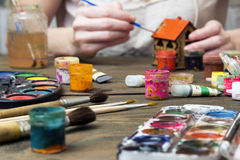Akwarela, guasz, stara farba, ręki farba dom Fotografia Stock