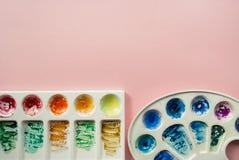 Akwareli palety na jasnoróżowym pastelowym tle Obraz Stock