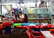 Akwaria i puchary z świeżym owoce morza zdjęcie stock