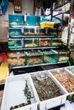 Akwaria i pudełka w rybim rynku w Guangzhou obrazy royalty free