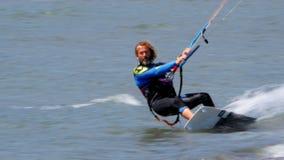 AKYAKA TURKIET MAY 2015: Kitesurfer drake som surfar på havet stock video