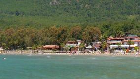 Akyaka Turkiet, strand, sunbed, destinationen för dagligt livsommarloppet lager videofilmer