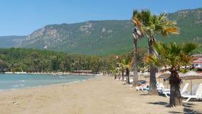 Akyaka Turkiet, strand, sunbed, destinationen för dagligt livsommarloppet stock video