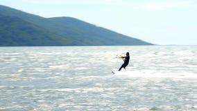 Akyaka, Turkije dat, Kitesurfer-Vlieger op zee surft stock video