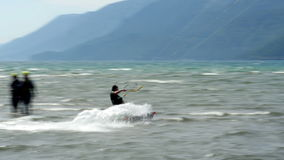 Akyaka, Turkije dat, Kitesurfer-Vlieger op zee surft stock videobeelden