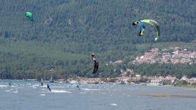 AKYAKA, TURKIJE MEI 2015: Kitesurfervlieger die op zee surfen stock footage