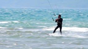 AKYAKA, TURKIJE MEI 2015: Kitesurfervlieger die op zee surfen stock video