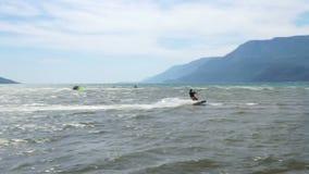 AKYAKA, TURKIJE MEI 2015: Kitesurfervlieger die op zee surfen stock videobeelden