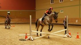 AKYAKA - TURKIJE, MEI 2015: Vooruitgang paardrijdencursus, springende praktijkinstructie stock videobeelden