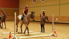 AKYAKA - TURKIJE, MEI 2015: weinig jong geitje het leren paardrijden stock video