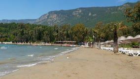 Akyaka, Turkije, strand, sunbed, de Reisbestemming van de het Dagelijkse levenszomer stock videobeelden