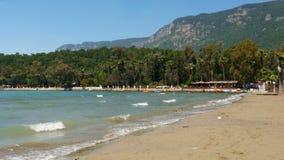 Akyaka, Turkije, strand, sunbed, de Reisbestemming van de het Dagelijkse levenszomer stock footage