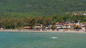 Akyaka, Turkije, strand, sunbed, de Reisbestemming van de het Dagelijkse levenszomer stock video