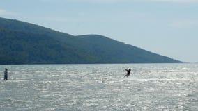 Akyaka, Turquía, cometa de Kitesurfer que practica surf en el mar metrajes