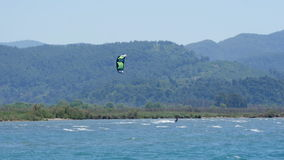 Akyaka, Turquía, cometa de Kitesurfer que practica surf en el mar almacen de metraje de vídeo