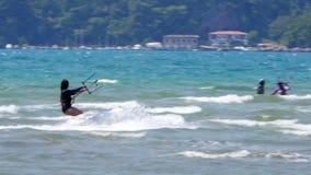 Akyaka, Turquía, cometa de Kitesurfer que practica surf en el mar almacen de video