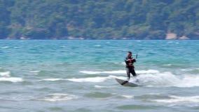 AKYAKA, TURQUÍA MAYO DE 2015: Cometa de Kitesurfer que practica surf en el mar metrajes