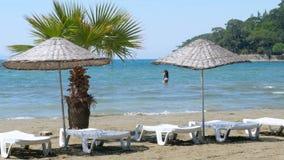 Akyaka, Turquía, playa, sunbed, destino del viaje del verano de la vida de cada día almacen de video