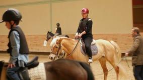 AKYAKA - TURQUIA, EM MAIO DE 2015: mulher que aprende a equitação