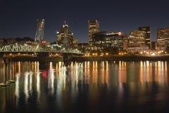 Akyline e rio de Portland Oregon na noite Fotos de Stock Royalty Free