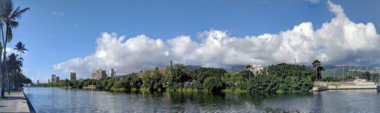 Alá Wai Canal, canoas, hotéis, condomínios, campo de golfe e coco t imagem de stock royalty free