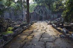 Aléia de pedra à porta resistida do templo Foto de Stock