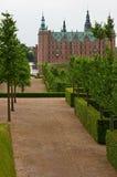 A aléia que conduz ao castelo de Frederiksborg Imagem de Stock
