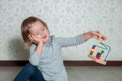 alésé Enfant jouant avec le labyrinthe La petite fille résolvent des puzzles image stock
