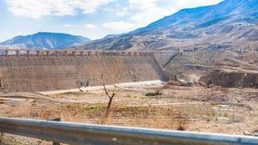 Al在旱谷Mujib河河床的Mujib水坝  库存照片