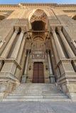 Al有闭合的装饰的木门、华丽专栏、华丽被隐藏的石墙和台阶的,开罗,埃及Rifai清真寺入口  免版税库存照片