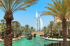 Al阿拉伯旅馆Madinat Jumeirah在有棕榈树的迪拜 库存图片