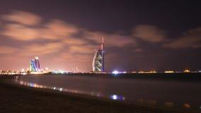 Al Άραβας Burj και ξενοδοχείο παραλιών Jumeirah στο σούρουπο Στοκ Φωτογραφίες