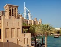 Al Άραβας Burj όπως βλέπει από Madinat Jumeirah του Ντουμπάι μια σαφή ηλιόλουστη ημέρα Στοκ φωτογραφία με δικαίωμα ελεύθερης χρήσης