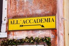 Al Accademia-richtingsteken in Venetië Stock Afbeeldingen