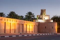 Al Ain-Palast belichtet nachts Lizenzfreie Stockfotos