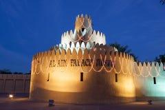 Al Ain-Palast belichtet nachts Stockfoto