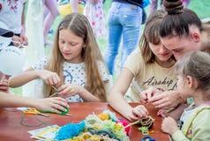 Al aire libre actividad de los niños - taller que hace punto Fotografía de archivo