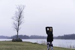 Al aire libre adolescente de la aptitud caucásica sueca hermosa en paisaje del invierno Imagen de archivo libre de regalías